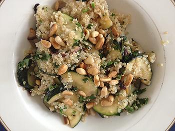quinoa salade met ui en courgette